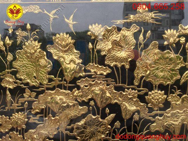 Hoa sen mạ vàng sắc nét và tinh xảo